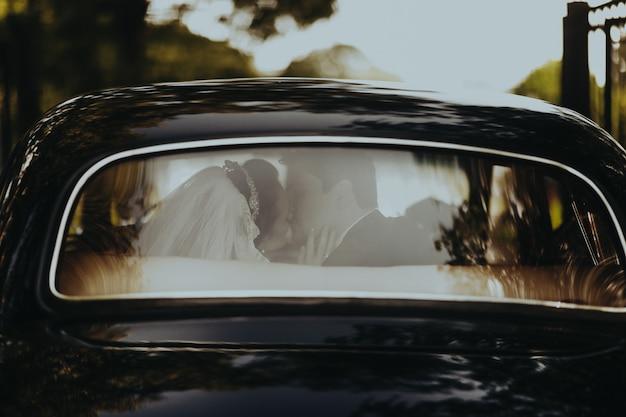 Auto retrò nera pronta per il viaggio di nozze Foto Gratuite