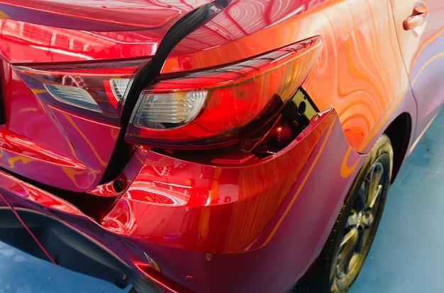 Auto rossa ammaccata sul paraurti posteriore Foto Premium