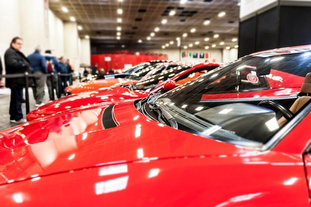Auto rosse in uno showroom Foto Premium