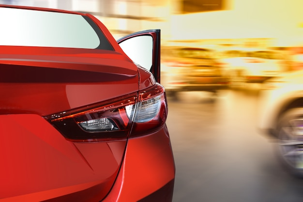 Auto veloce su strada di sfondo sfocato.per automobilistico Foto Premium