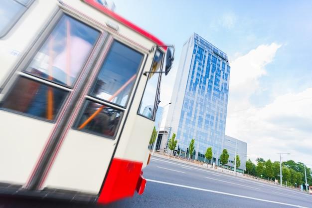 Autobus e grattacieli a vilnius Foto Premium