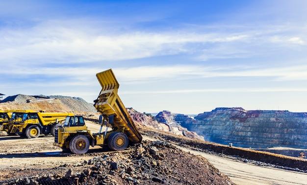 Autocarro con cassone ribaltabile che inclina il carico del minerale nella miniera a cielo aperto di riotinto Foto Premium