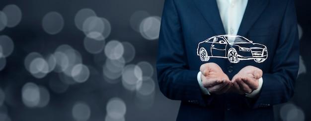 Automobile della mano dell'uomo sullo schermo sul fondo del bokeh Foto Premium