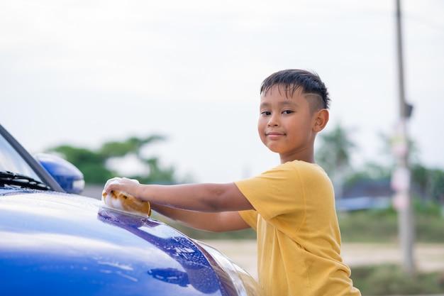 Automobile di lavaggio del ragazzo asiatico del bambino Foto Premium