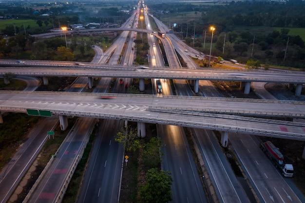 Automobile di traffico del movimento di esposizione lunga del paesaggio crepuscolare sullo scambio della superstrada in tailandia Foto Premium