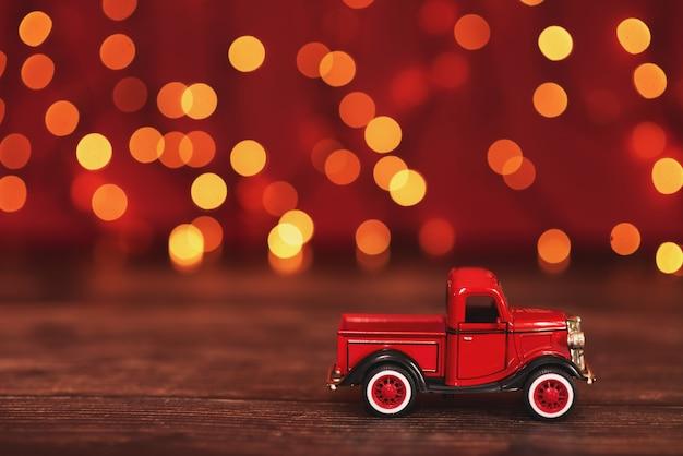 Automobile rossa che trasporta un albero di abete di natale. Foto Premium