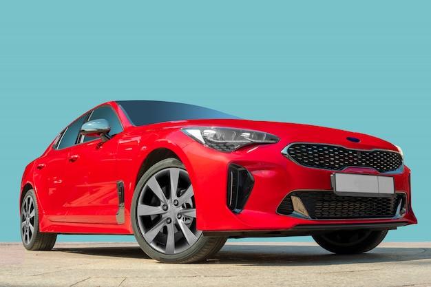 Automobile rossa su una priorità bassa blu. Foto Premium