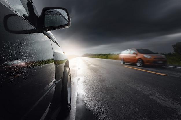 Automobile suv compatta nera con nuvole di tempesta come, trasporto in caso di maltempo. Foto Premium