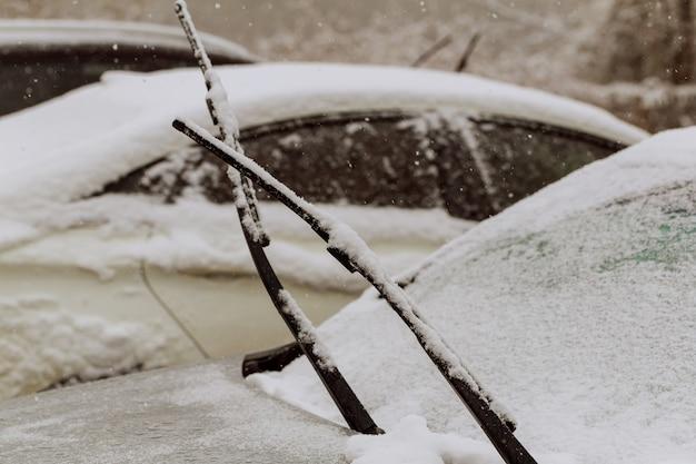 Automobili coperte di neve durante la tempesta di neve Foto Premium