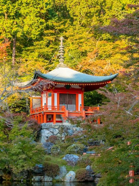 Autunno autunnale giapponese. tempio di kyoto daigoji. Foto Premium