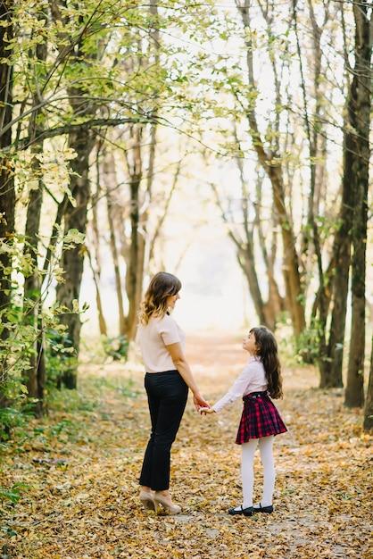 Autunno della figlia e della madre in parco Foto Premium