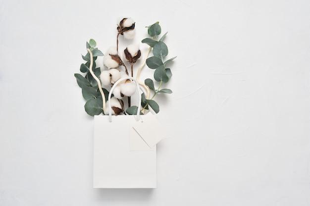 Autunno di bouquet secco di fiori di cotone e foglie di eucaliptus Foto Premium