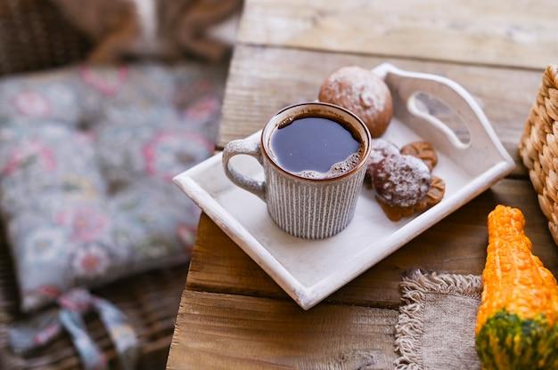 Autunno e inverno casa ancora in vita. vista dall'alto il concetto di atmosfera domestica e arredamento. biscotti da tavola in legno con cannella. Foto Premium