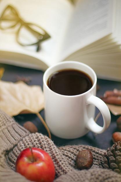 Autunno, foglie di autunno, calda tazza di caffè fumante e una calda sciarpa o cardigan. stagionale, caffè mattutino, domenica relax e concetto di natura morta. Foto Gratuite