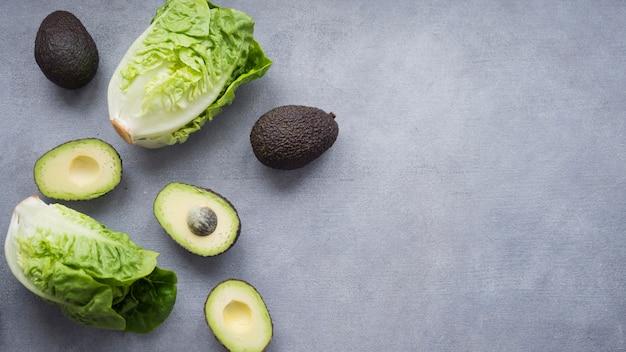 Avocado con lattuga sul tavolo Foto Gratuite