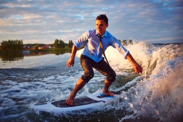 Avventura con una tavola da surf Foto Gratuite
