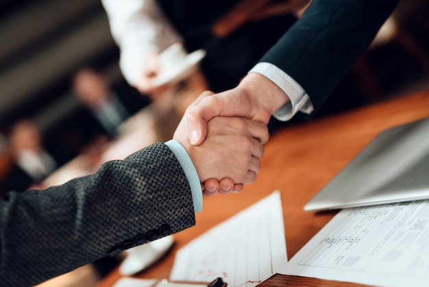 Avvicinamento. incontro con uomini d'affari cinesi in giacca e cravatta. Foto Premium