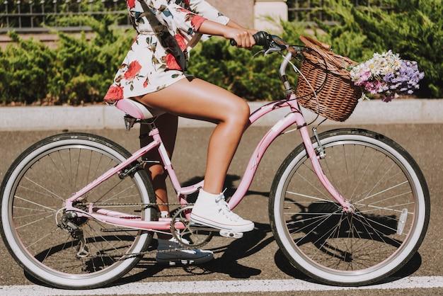 Avvicinamento. mulatto girls leg on the bike pedal Foto Premium