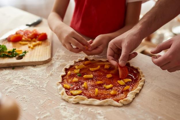 Avvicinamento. pizza preparando con fette di verdure. Foto Premium