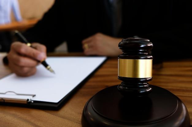 Avvocato che colpisce con martello in tribunale. concetto di giustizia e diritto. Foto Premium