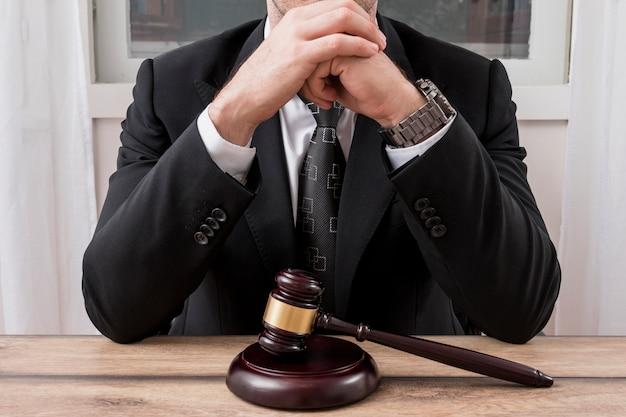 Avvocato con martello martello Foto Gratuite