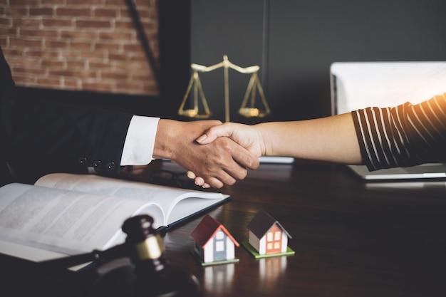 Avvocato d'affari e parenti consultano e incontrano il concetto Foto Premium