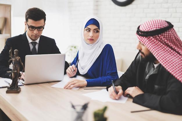 Avvocato in ufficio con marito e moglie arabi. Foto Premium