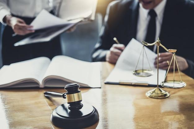 Avvocato maschio o consulente che lavora in tribunale hanno incontrato il cliente per la consultazione con la carta contrattuale Foto Premium