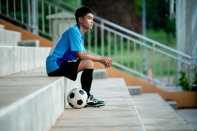 Azione del calciatore sullo stadio Foto Gratuite