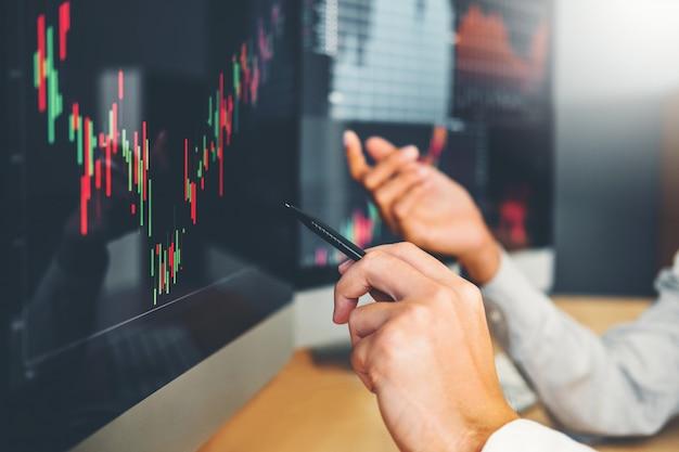 Azione del grafico di discussione e di analisi commerciale di investimento del gruppo di affari dell'impresa Foto Premium