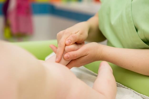 Baby massage, massaggio medico o ginnastica per bambini Foto Premium