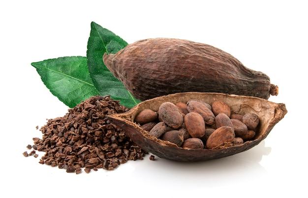 Baccelli del cacao e fave di cacao e polvere di cacao con le foglie isolate su fondo bianco Foto Premium