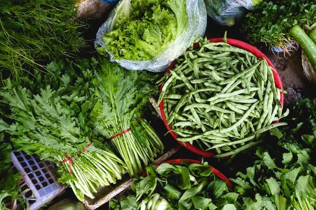 Baccelli verdi e di fagioli al mercato Foto Gratuite