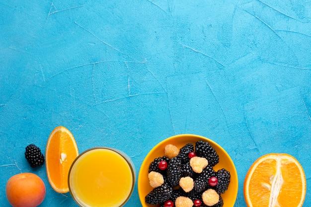 Bacche e frutti freschi piani con copyspace Foto Gratuite