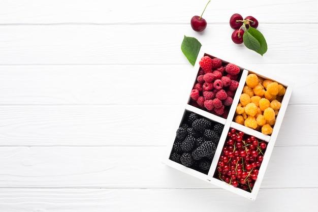 Bacche fresche piatte con copia spazio Foto Gratuite