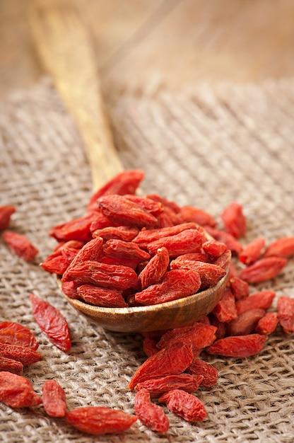 Bacche secche rosse di goji in cucchiaio di legno Foto Gratuite