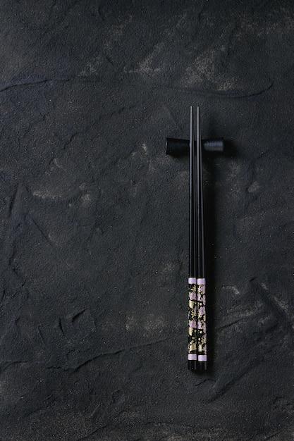 Bacchette nere su superficie strutturata Foto Premium