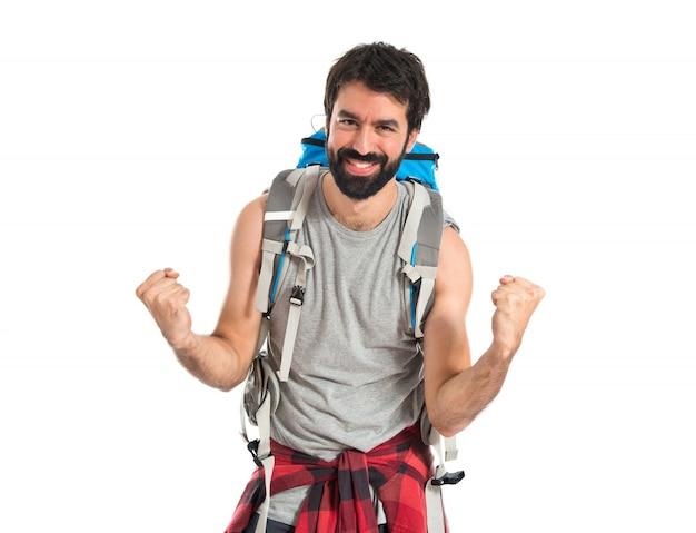 Backpacker fortunato su sfondo bianco isolato Foto Gratuite