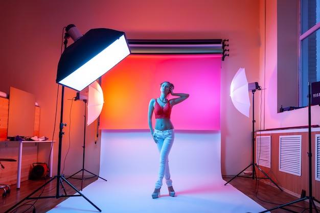 Backstage: modella donna con intimo, jeans in posa in posizione attraente. Foto Premium