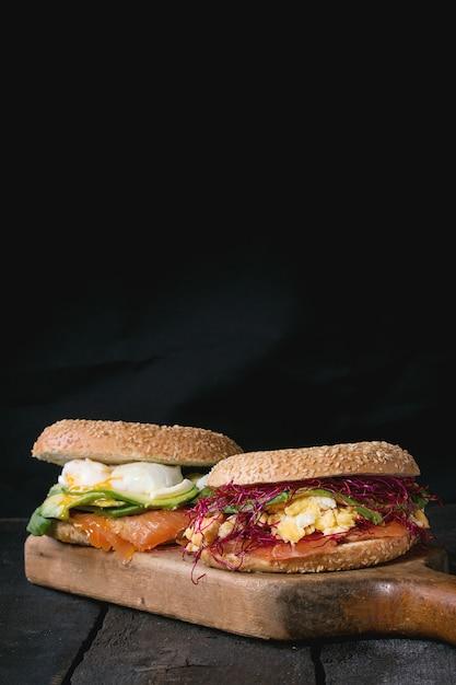 Bagel con salmone e uovo Foto Premium