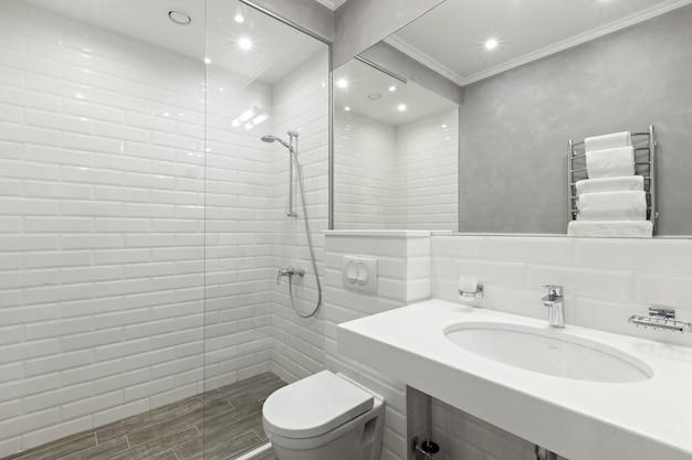 Bagno delle camere d'albergo Foto Premium