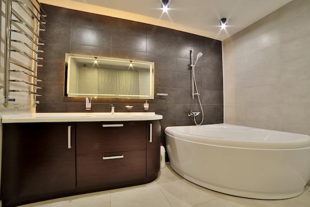 Bagno di lusso in stile francese in casa. interno del bagno. Foto Premium