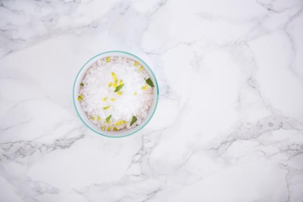 Bagno di sale in una ciotola Foto Gratuite