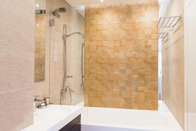 Bagno per gli ospiti iterior dai toni caldi. tema di interior e design, pulizia e igiene Foto Premium