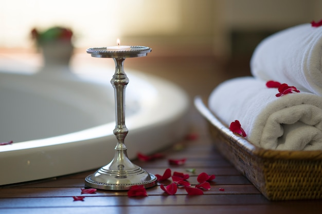 Bagno Romantico Foto : Bagno romantico con candele decorative e da bagno scaricare foto