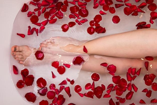 Bagno Romantico San Valentino : Bagno romantico di san valentino con petali di rosa spa domestica