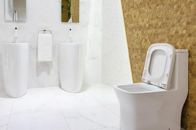Bagno spazioso moderno con piastrelle luminose con servizi