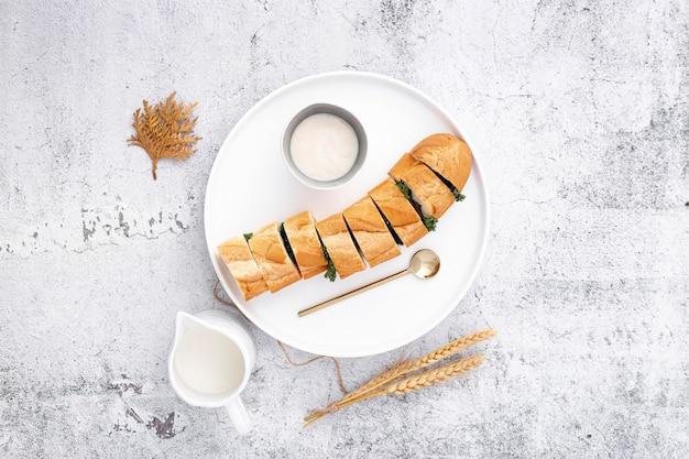 Baguette francesi farcite deliziose con salsa all'aglio Foto Gratuite