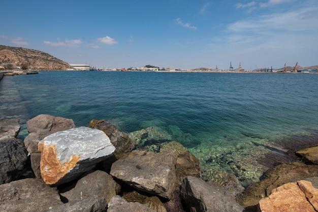 Baia di cartagena, città di cartagena è sullo sfondo, murcia, spagna. Foto Premium