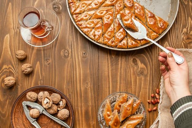 Baklava con i dadi su un fondo di legno. messa a fuoco selettiva Foto Premium
